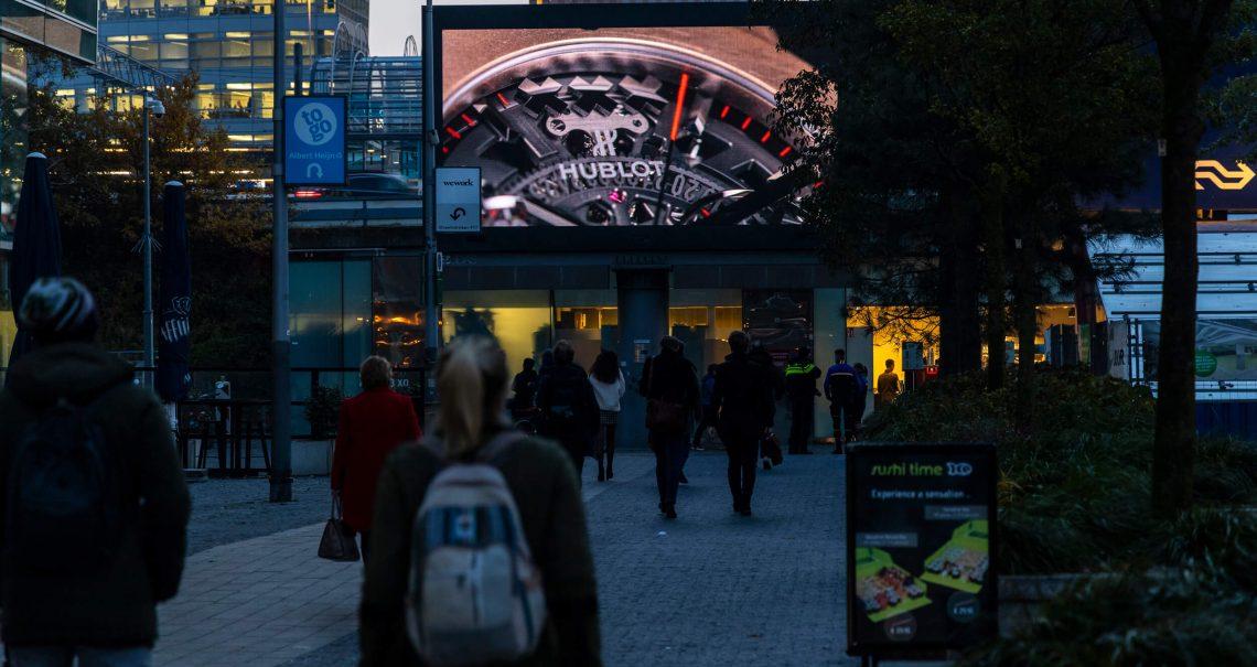 Campagne Hublot op digitale scherm Station Amsterdam Zuid