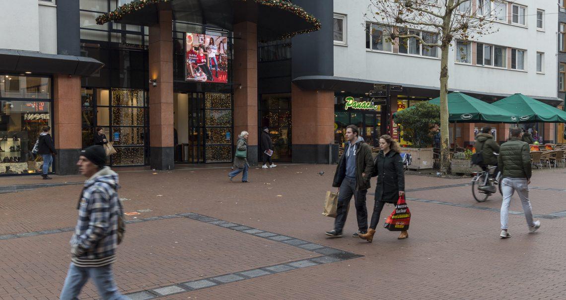 Campagne H&M op digitaal scherm Nijmegen Molenpoort
