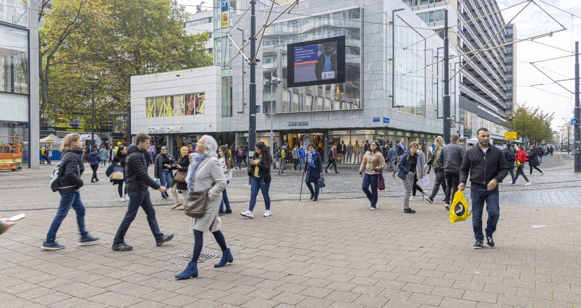 Rotterdam Lijnbaan digitale scherm met campagne Rabobank