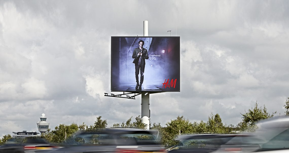 Reclamemast Schiphol Airport 4 A4 B-zijde campagne H&M Ocean